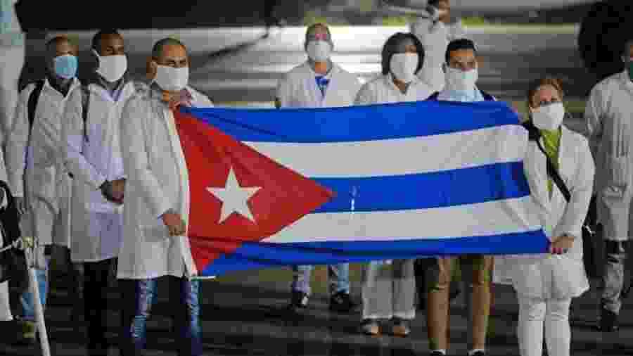 Médicos cubanos desembarcando na África do Sul para trabalhar no combate ao coronavírus - Gallo Images via Getty Images