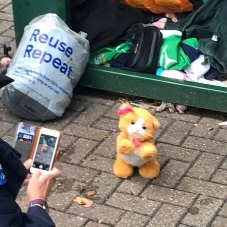 """Gato de brinquedo que foi """"salvo"""" por bombeiros em Londres, Inglaterra - Reprodução/@AMCELL/Twitter"""