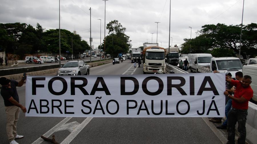 Manifestantes interditam uma via da Marginal Tietê, em São Paulo, em protesto é contra as medidas de restrição anunciadas pelo governo do estado para conter o avanço da covid-19 - VINICIUS NUNES/AGÊNCIA F8/ESTADÃO CONTEÚDO