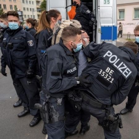 Polícia entrou em conflito com manifestantes em marcha de milhares de pessoas em Berlim neste sábado (28.08), que protestavam contra restrições impostas em função da pandemia de covid - Redes sociais