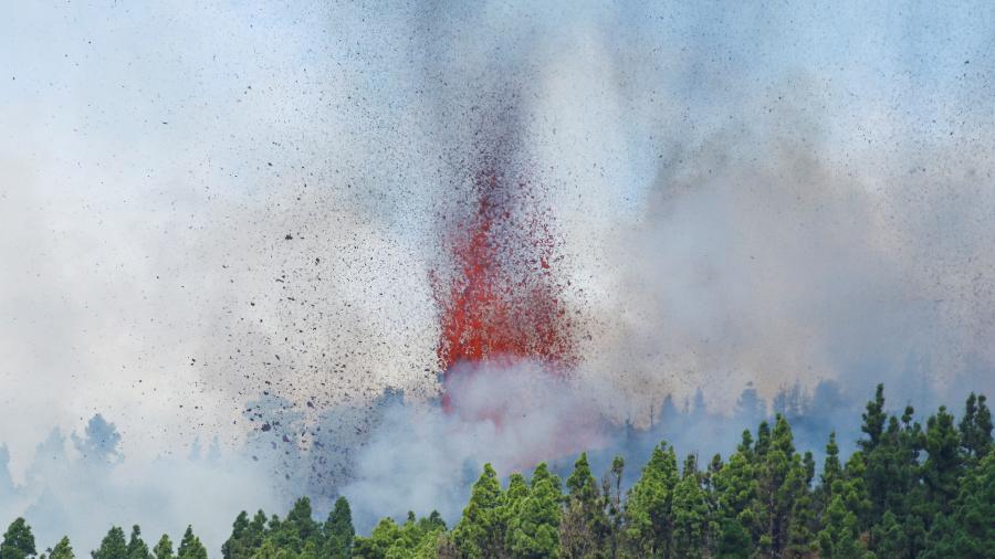 Lava e fumaça são projetadas na erupção do vulcão no parque nacional Cumbre Vieja em El Paso, nas ilhas Canárias de La Palma (Espanha) - BORJA SUAREZ/REUTERS