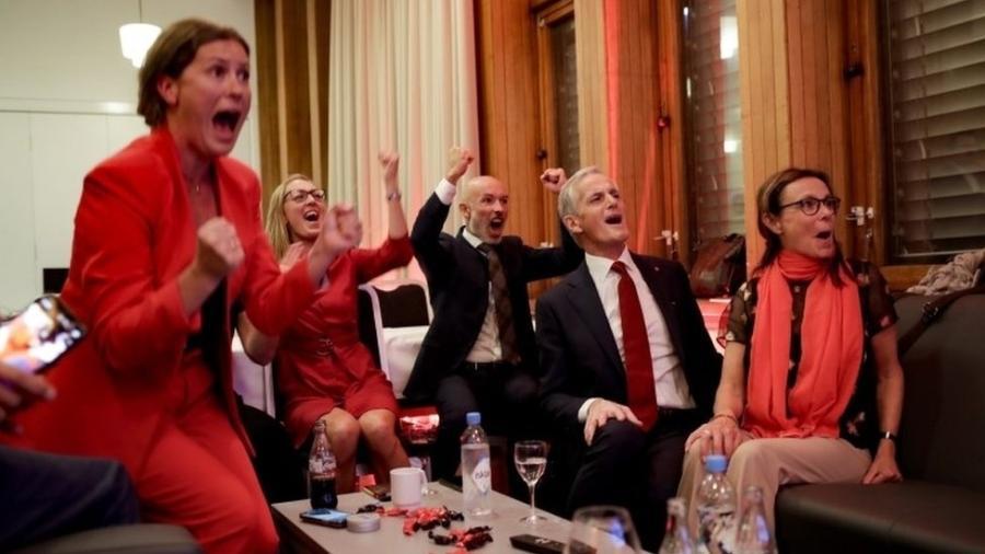 """Líder trabalhista Jonas Gahr Stoere (sentado à direita) e colegas comemoram vitória; ele fez campanha prometendo voz às """"pessoas comuns"""" - EPA"""