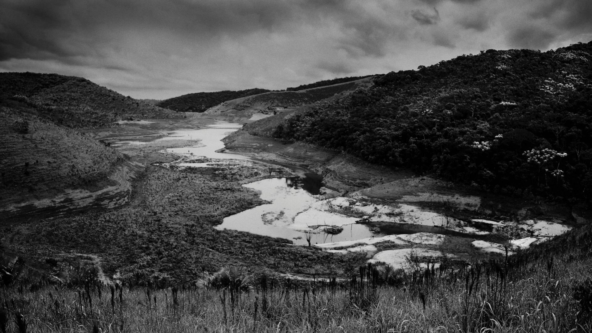 4.ago.2015 - A represa de Paraibuna, no Vale do Paraíba do Sul (RJ), está com cerca de 6% de sua capacidade