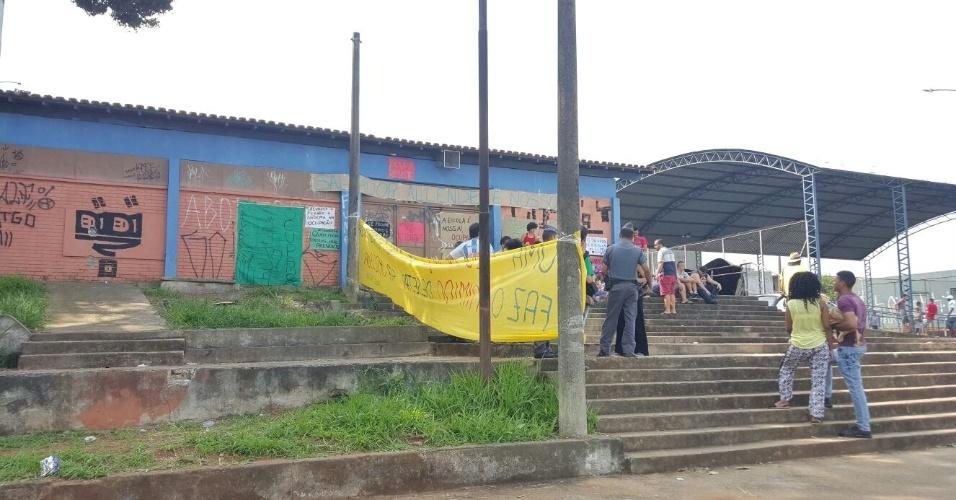 12.nov.2015 - Alunos da Escola Estadual Salvador Allende, em José Bonifácio, na zona leste de São Paulo, ocuparam o local. Eles estão se organizando em assembleia e montando comissões para cuidar da escola, além de colocarem faixas e cartazes ao redor do prédio. A instituição atende cerca de 600 alunos e é uma das escolas com fechamento previsto no plano de reorganização da educação