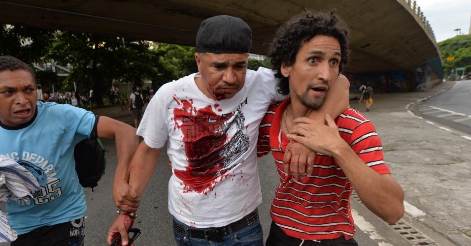 8.jan.2016 - Homem fica ferido durante confusão em ato contra o aumento do valor da tarifa do transporte público de São Paulo, no Vale do Anhangabaú, no centro de São Paulo. Neste sábado (9), tarifa passa de R$ 3,50 para R$ 3,80