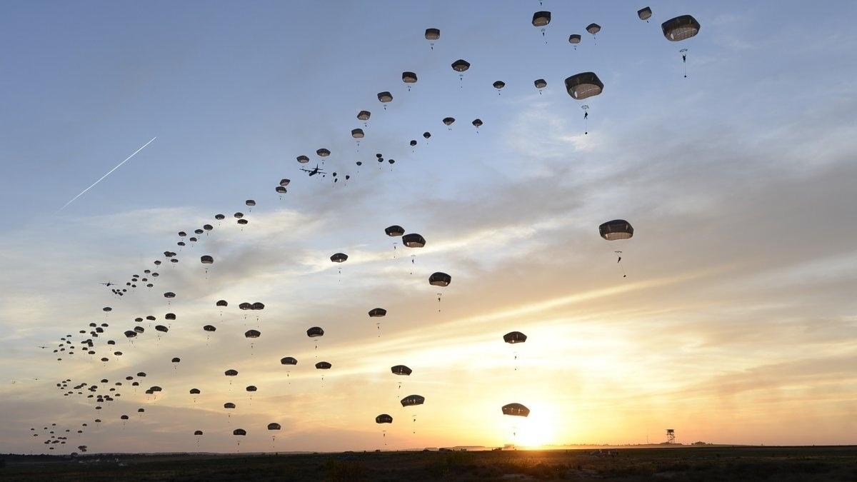 13.jan.2016 - Paraquedistas britânicos saltam juntos em exercício feito pela Força Aérea dos Estados Unidos, em Fort Bragg, na Carolina do Norte. A fotografia com paraquedas enfeitando o céu entrou para o ranking de mais belas imagens da Força Aérea americana registradas em 2015, segundo o site Business Insider