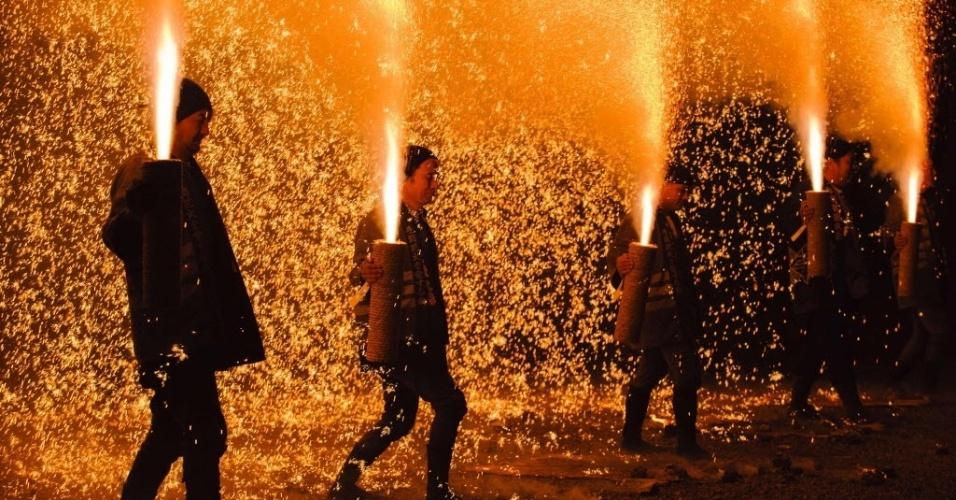 """3.fev.2016 - Homens fazem pirotecnia durante o Setsubun, uma celebração japonesa para o início da Primavera, em um santuário da cidade de Gifu, no Japão. O Setsubun significa literalmente """"separação de estações"""" e é celebrado anualmente em 3 de fevereiro"""
