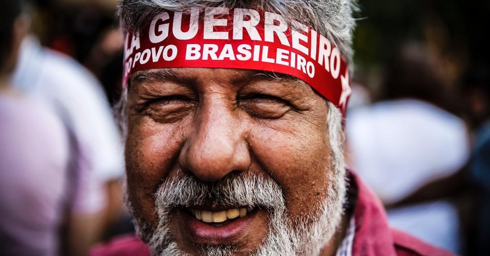 "18.mar.2016 - Manifestantes usa faixa na cabeça onde se lê ""Lula guerreiro do povo brasileiro"" durante ato a favor da democracia e contra o impeachment da presidente Dilma Rousseff"
