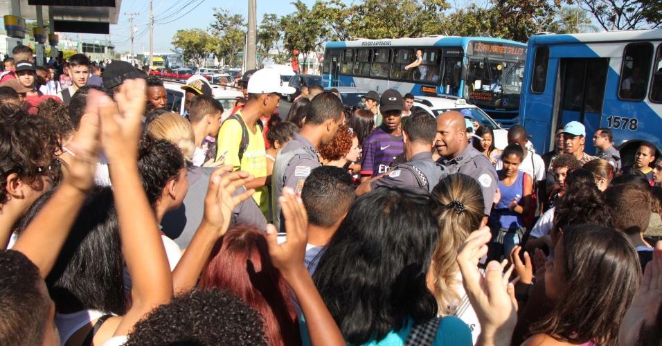 13.abr.2016 - Estudantes fazem protesto contra os desvios de verba da merenda escolar na avenida Ruy Rodrigues, no Ouro Verde, em Campinas (SP), na manhã desta quarta-feira. Houve confronto entre os manifestantes e a PM