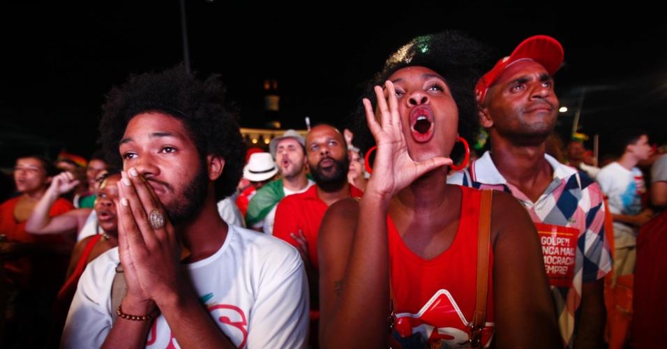 17.abr.2016 - Manifestantes contra o impeachment da presidente Dilma Rousseff reunidos no farol da Barra, em Salvador (BA), acompanham a votação do processo na Câmara por um telão