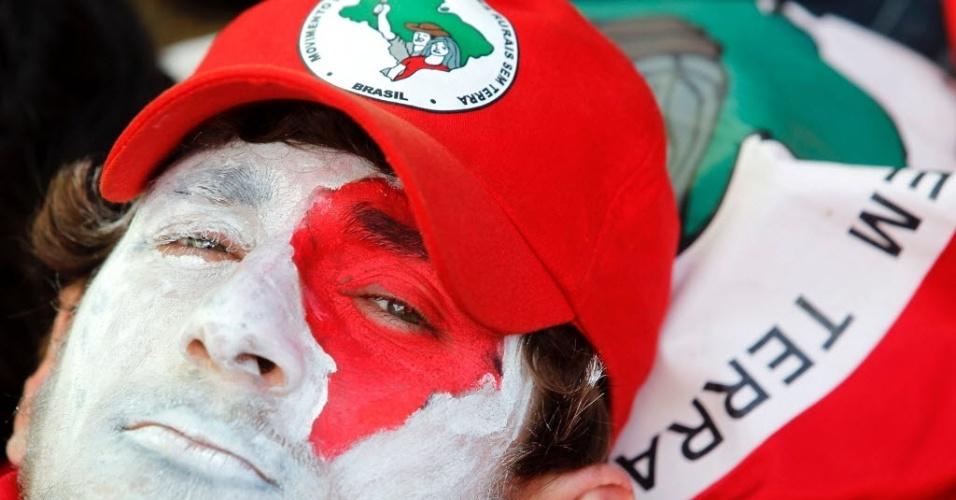 17.abr.2016 - Militante do MST (Movimento dos Trabalhadores Rurais Sem Terra) marca presença em ato contra o impeachment da presidente Dilma Rousseff em Brasília (DF)
