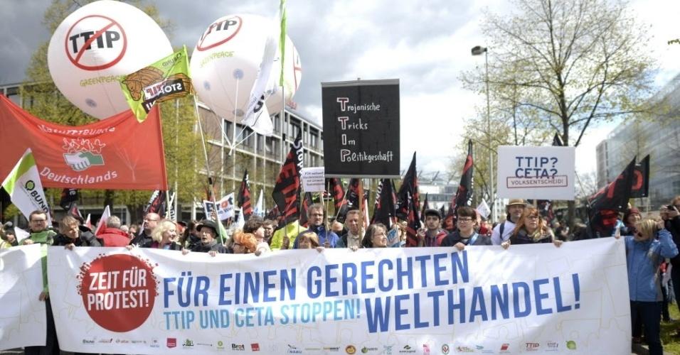23.abr.2016 - Manifestantes protestam contra o tratado de livre-comércio que está sendo negociado entre Estados Unidos e União Europeia, antes da visita do presidente dos EUA, Barack Obama, em Hannover, Alemanha
