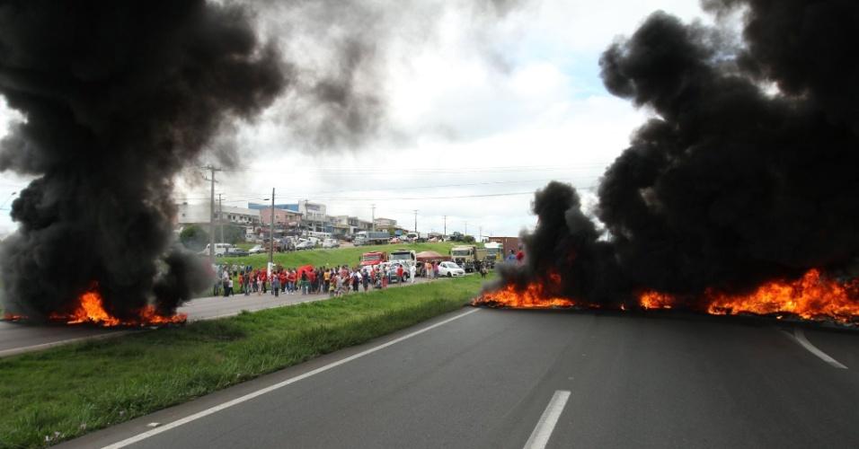 28.abr.2016 - A rodovia do Contorno Sul, em Curitiba (PR), foi bloqueada por manifestantes do Movimento Popular por Moradia, que desde 2015 passou a fazer parte do MTST (Movimento dos Trabalhadores Sem Teto). O grupo protesta contra o impeachment de Dilma Rousseff