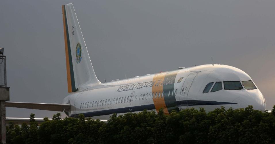 15.mai.2016 - Avião da Força Aérea Brasileira que trouxe o presidente interino Michel Temer está estacionado no Aeroporto de Congonhas, em São Paulo, SP. Temer chegou a cidade no sábado (14)