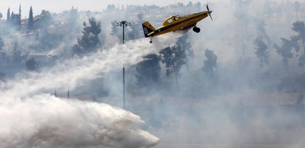 Bombeiros trabalham para apagar focos de incêndio que se alastram por Jerusalém - Ahmad Gharabli/AFP