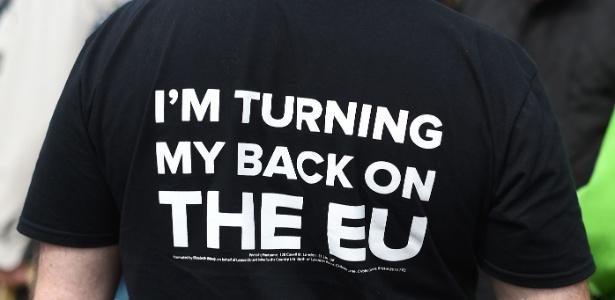 """Homem usa camiseta que diz """"Estou dando as costas para a UE"""", em Birmingham, no Reino Unido"""