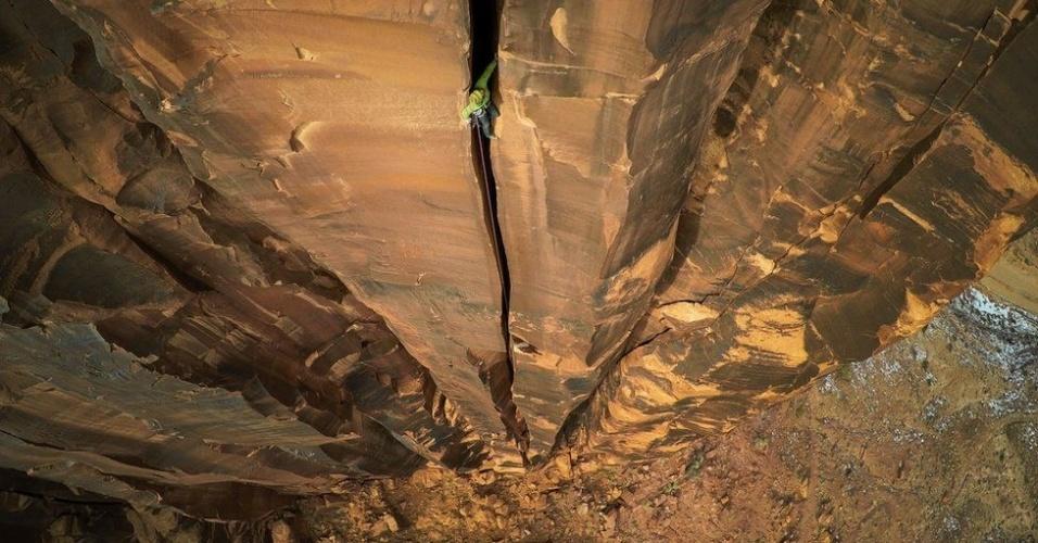 """7.jul.2016 - Max Seigal estava com amigos escalando o Moab Rock, em Utah (EUA), quando esta imagem foi produzida. """"Nós caminhamos por vários quilômetros procurando o lugar ideal até encontrar essa fenda incrível, a 400 pés acima do solo. Usando o drone, consegui fazer fotos que nunca tinham sido possíveis antes."""" O clique rendeu o primeiro lugar na categoria """"Esportes e Aventura"""" do Concurso Internacional de Fotografia com Drone 2016"""