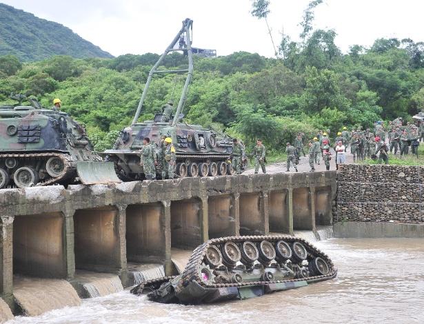 Tanque caiu no rio em Pingtung, Taiwan