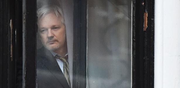 Julian Assange, fundador do WikiLeaks, observa movimentação da janela da Embaixada do Equador em Londres