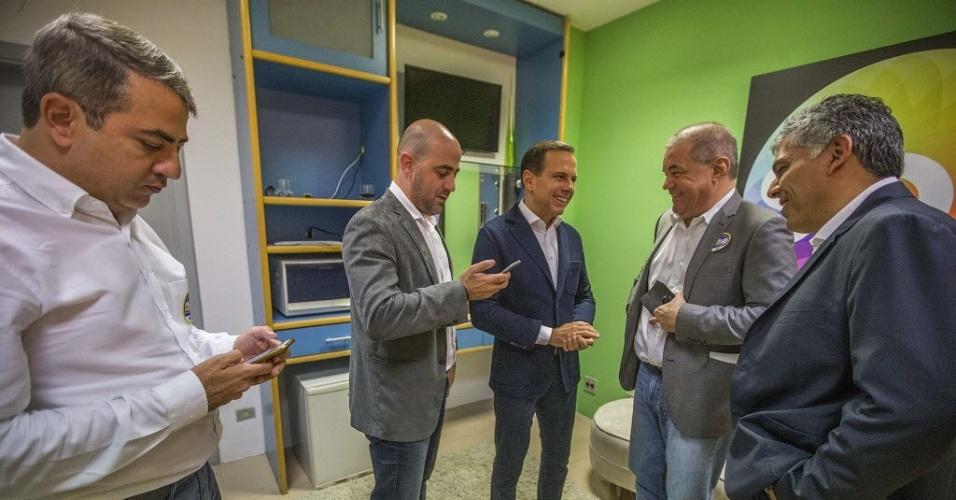 23.set.2016 - O candidato à Prefeitura de São Paulo João Dória (PSDB) conversa com assessores antes do debate realizado pelo UOL, Folha e SBT