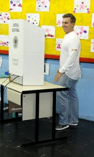 2.out.2016 - Apresentador Luciano Huck vota na Barra da Tijuca, zona oeste do Rio de Janeiro. Ele chegou a sua seção eleitoral acompanhado do filho Joaquim, mas desta vez não levou o menino até a urna - o que é proibido -, como fez nas eleições presidenciais de 2014