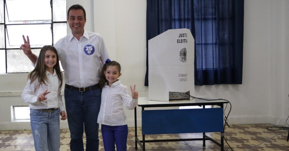 30.out.2016 - O candidato a prefeito de Guarulhos (SP) Eli Corrêa Filho (DEM) votou na Universidade de Guarulhos na manhã deste domingo