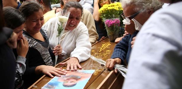 Emoção no enterro de um dos jovens assassinados, no dia 12 de novembro