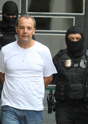 10.12.2016 - Cabral é conduzido por agentes da PF para exame no IML de Curitiba