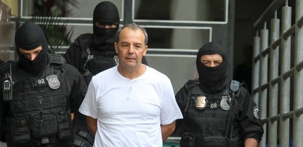 10.dez.2016 - Acompanhado de agentes da PF, Sérgio Cabral faz exames no IML de Curitiba