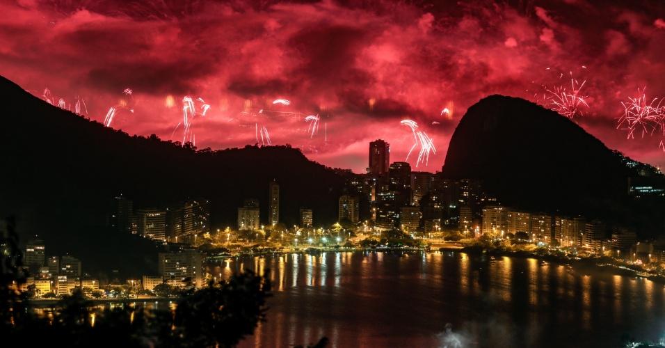 1.jan.2017 - Queima de fogos da festa de Réveillon de Copacabana, maior festa de Ano Novo do Brasil, a partir do Mirante da Vista Chinesa