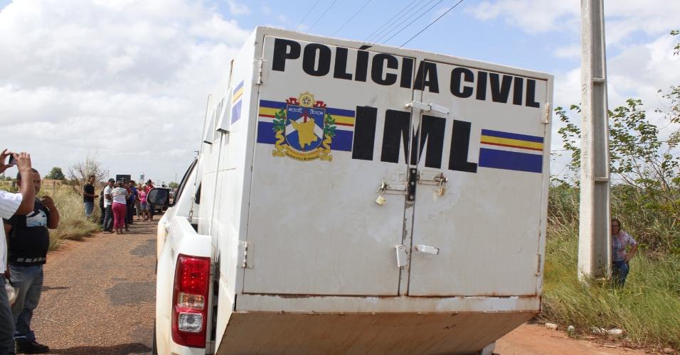 Carro do IML (Instituto Médico Legal) chega à PAMC (Penitenciária Agrícola de Monte Cristo), em Boa Vista (RR), para retirar os corpos de presos mortos na unidade prisional
