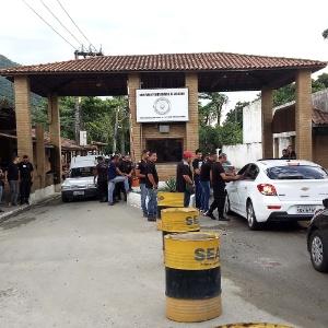 19.jan.2016 - Agentes penitenciários impedem a entrada de visitantes no Complexo de Gericinó, em Bangu, durante paralisação