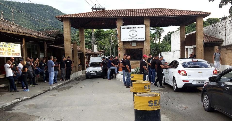 19.jan.2016 - Agentes penitenciários impedem a entrada de visitantes no Complexo de Gericinó, em Bangu, na Zona Oeste do Rio de Janeiro (RJ), na manhã desta terça-feira (17)