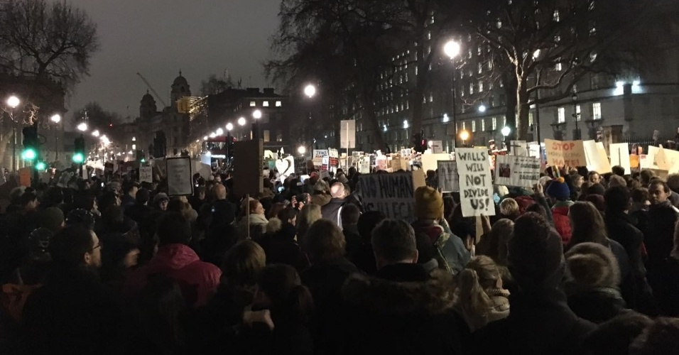 30.jan.2017 - Manifestantes protestam em Londres contra bloqueio de cidadãos de países muçulmanos e de refugiados nos EUA. O protesto ocorreu em torno da Downing Street, onde fica a residência da primeira-ministra Theresa May. Ela foi acusada pelos manifestastes de ser conivente com a política aplicada por Donald Trump.