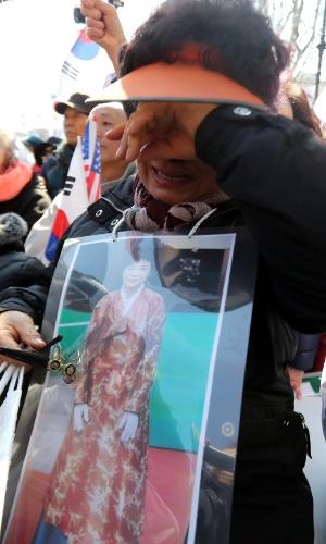 10.mar.2017 - Mulher pró-presidente Park Geun-hye chora com a aprovação de seu impeachment pela Justiça sul-coreana