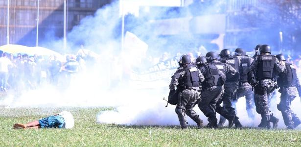 24.mai.2017 - Manifestação contra as reformas e o governo de Michel Temer tomam as vias da Esplanada dos Ministérios e Polícia Militar entra em confronto com manifestantes