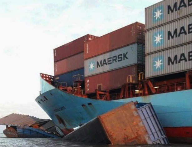 Empurrador com balsas colidiu com um navio que ia para Manaus carregando containers