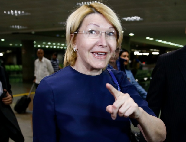 Luisa Ortega chega ao aeroporto de Brasília, vinda da Colômbia, onde está exilada