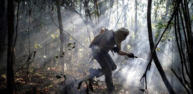 Voluntário participa de ação de combate às chamas na Chapada dos Veadeiros, em Alto Paraíso (GO), em 2017 - Ueslei Marcelino/Reuters