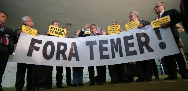 """Parlamentares da oposição protestam com cartazes de """"Fora, Temer"""" - Dida Sampaio/Estadão Conteúdo"""