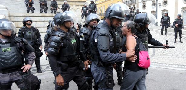 8.nov.2017 - Policias militares do Batalhão de Choque impedem a aproximação de servidores públicos durante manifestação em frente à Assembleia Legislativa do Rio de Janeiro