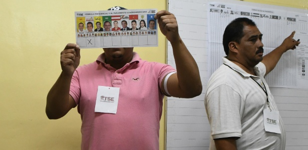 Autoridades do Supremo Tribunal Eleitoral começam a contar os votos das eleições gerais em Tegucigalpa, em Honduras - Orlando Sierra/AFP