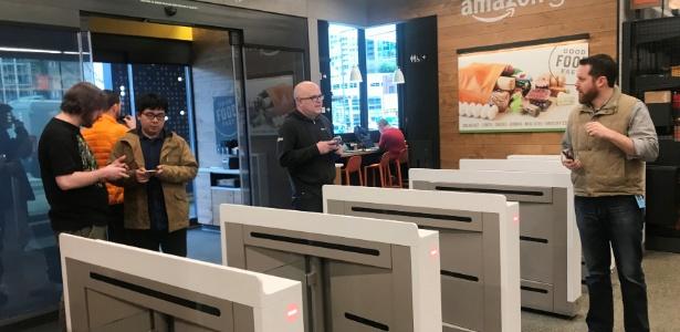 Consumidores entram na loja Amazon Go em Seattle (EUA) no primeiro dia de funcionamento