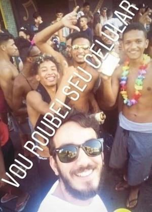"""Lucas Almeida, aluno de educação física, posa com jovens: """"Vou roubei seu celular"""" - Reprodução/Instagram"""