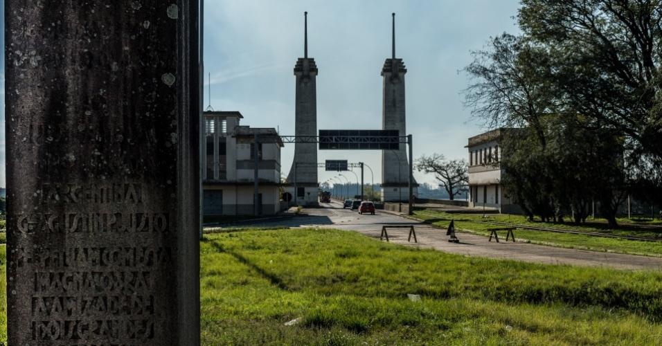 A Ponte Internacional Getúlio Vargas - Augustín Pedro Justo liga as cidades de Uruguaiana a Paso de Los Libres, na Argentina. No período militar, foi rota de fuga dos que fugiam dos regimes ditatoriais latino-americanos
