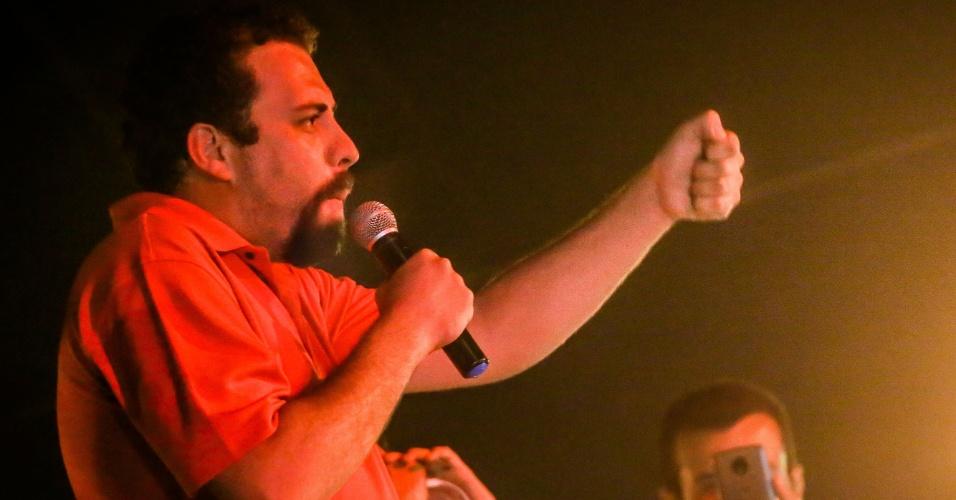 Lider do MTST e pré-candidato à presidência pelo Psol, Guilherme Boulos discursa em frente ao Sindicato dos Metalúrgicos do ABC, em São Bernardo do Campo, após o pedido de prisão contra o ex-presidente Lula