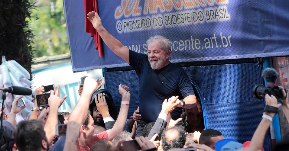 7.abr.2018 - Ex-presidente Luiz Inácio Lula da Silva acena para militantes do lado de fora do Sindicato dos Metalúrgicos do ABC