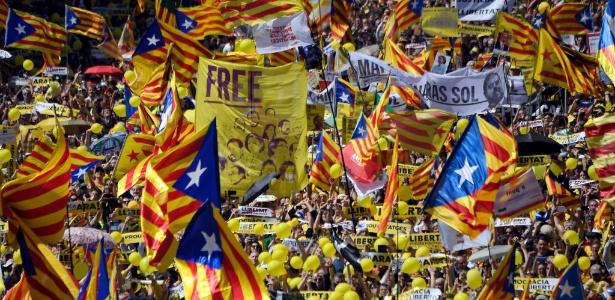15.abr.2018 - Manifestantes carregam bandeiras em apoio a líderes separatistas presos
