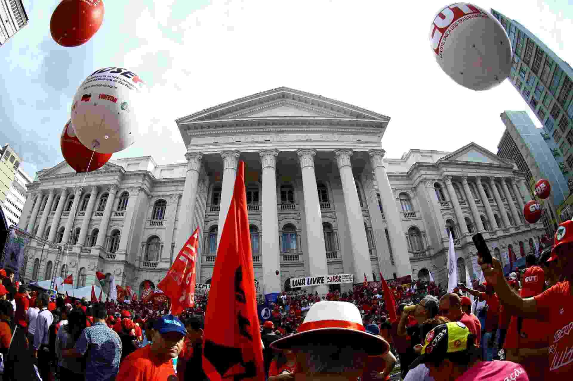 1.mai.2018 - Ato pelo Dia do Trabalhador organizado por centrais sindicais em Curitiba, onde o ex-presidente Lula está preso - Heuler Andrey/AFP