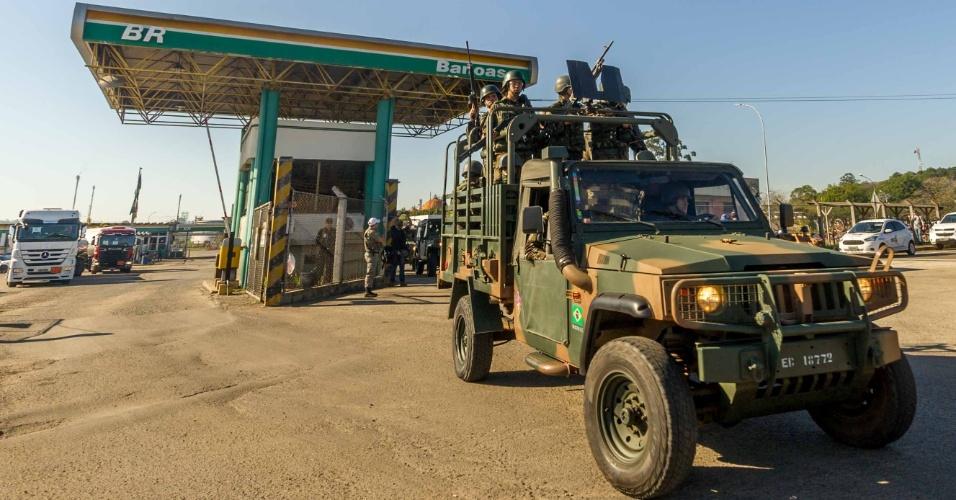 Caminhões-tanque que saem com combustível da Refinaria Alberto Pasqualine (Refap), em Canoas (RS), são escoltados por veículos do Exército, nesta segunda-feira (28). A paralisação dos caminhoneiros em todo o país entrou no oitavo dia e compromete o abastecimento em diversas regiões